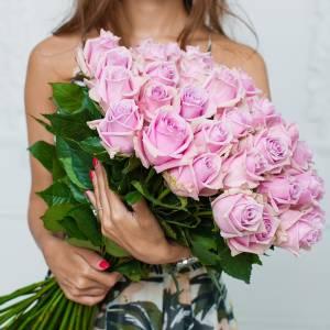 Букет 25 розовых роз с лентами R552