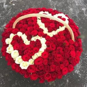 Корзина 151 роза с двумя сердцами R2104