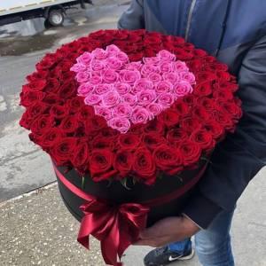 Композиция 101 роза с сердцем в коробке R1252