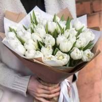 Букет 25 белых тюльпанов с оформлением R1235