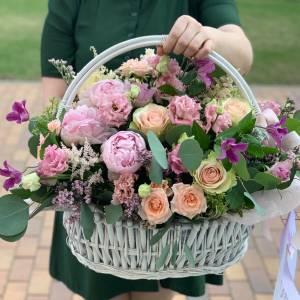 Сборная нежная корзина с пионами и розами R965