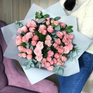 Букет 31 ветка кустовой розовой розы с зеленью и оформлением R494