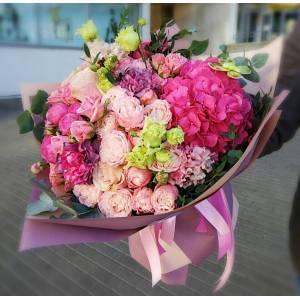Сборный букет в розовых тонах с гортензией R1711