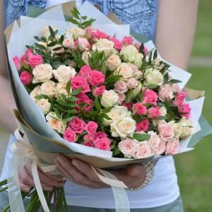 Пышный букет кустовых роз R1216