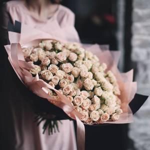 101 ветка кремовых кустовых роз с оформлением R876