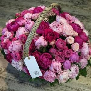Сборная корзина 51 пион и пионовидная роза R959