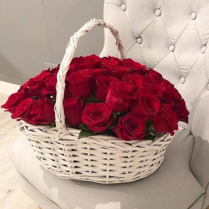 21 красная роза в корзине с оформлением R035