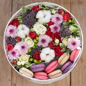 Коробка с цветами и макаронсами R212