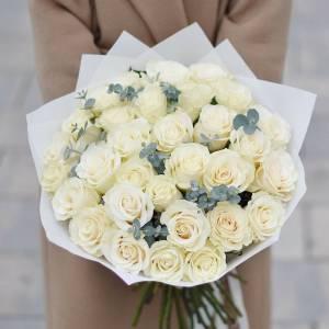 Букет 31 белая роза в крафте R391
