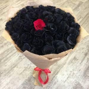 Букет 31 черная роза в крафте R821